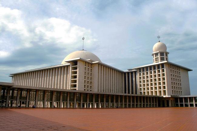 Đến Jakarta, bạn không thể bỏ qua Monas, địa điểm tham quan du lịch nổi tiếng nhất của Jakarta. Monas gồm các tượng đài cao 137m nằm ở ngay trung tâm của Merdeka, thành phố Jakarta. Từ tầng trên cùng của tượng đài du khách có thể quan sát toàn khung cảnh của thành phố Jakarta. Khung cảnh vào ban đêm luôn tạo nên nhiều hứng thú cho du khách tham quan Indonesia. Ngoài ra, Monas còn có tầng hầm, với những lối đi mạo hiểm như trong những câu chuyện lịch sử của Indonesia.