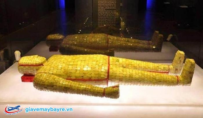 Bộ quần áo làm bằng vàng