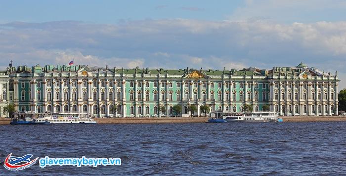 Cung điện mùa đông sừng sững bên bờ Neva