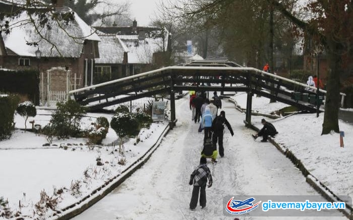 Mùa đông, con kênh hoàn toàn bị đóng băng nên trở thành điểm trượt tuyết độc đáo