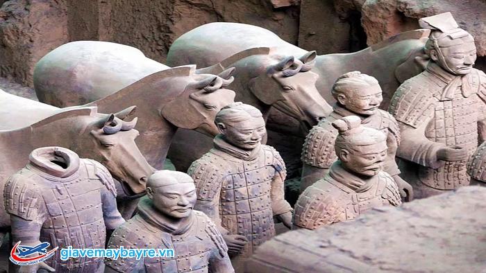 Những bức tượng trong lăng mộ mỗi người một vẻ