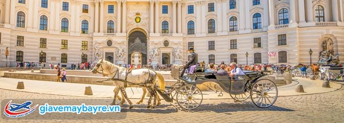 Di chuyển ở Vienna rất tiện lợi và dễ dàng. Xe ngựa cũng là phương tiện được yêu thích