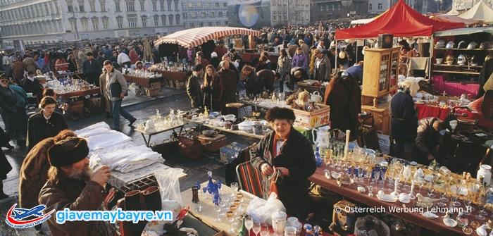 chợ Naschmarkt thu hút rất đông du khách và cư dân
