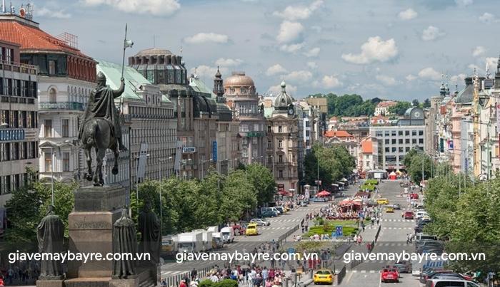 New Town với bức tượng chiến binh đang cưỡi ngựa ở giữa con đường