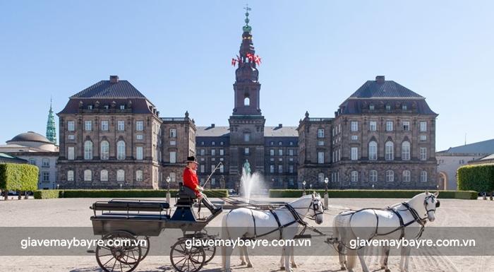 Lâu đài Amalienborg cực kì cổ kính