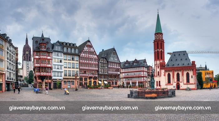 Quảng trường Romerberg đầy màu sắc với nhiều ngôi nhà cổ